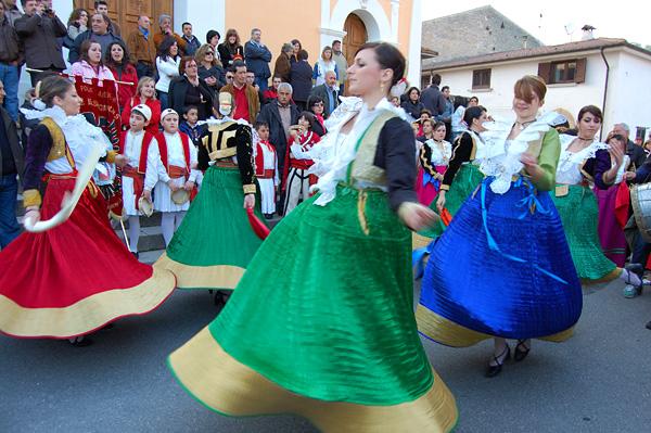 Donne con costumi Arbëreshë, la comunità albanese in Calabria.