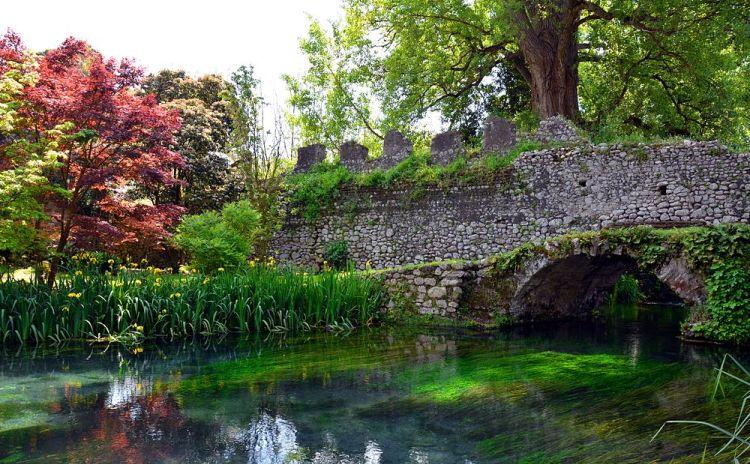 Lazio - Ponte in pietra al Giardino di Ninfa